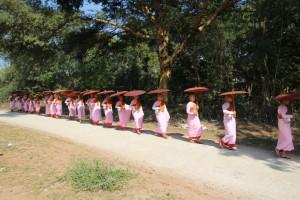 Nonnerne (novicerne) på vej ud for at hente ris hos lokalbefolkningen