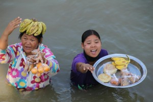 Et par kvinder gik ud til båden for at sælge frugt