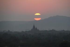 Flot solnedgang over templerne i Bagan