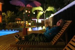 Afslapning ved poolen, sent på aftenen