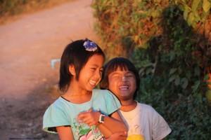 Et par fjollede piger, der synes det var ret sjovt og spændende at møde Lisbeth og mig på vores aftentur