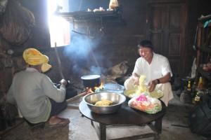 Vores guide (i hvid skjorte) i gang med at forberede frokost