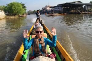 4 personer i hver langbåd - dejlig tur