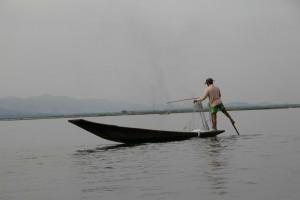 En fisker, der ror med den særlige teknik