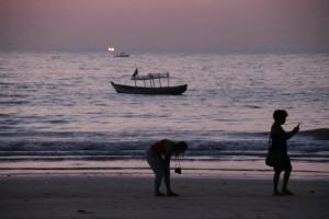 Udsigten fra strandrestauranten - lyset langt ude på havet er en fiskerbåd