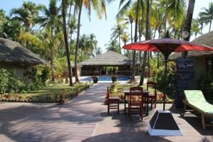 Vores hotel fra strandsiden (billedet øverst på vores hjemmeside er udsigten fra morgenmadsterrassen)