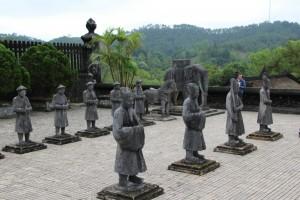 Soldater og elefanter, der passer på en af kongegravene