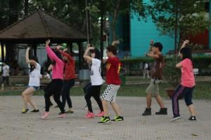 Dansegruppe, der øver i parken