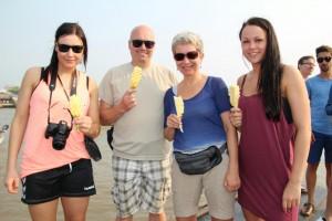 Frisk ananas på pind, sammen med vores nye, danske veninder