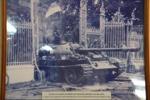 Foto af den berømte tank, der nedlagde gitterporten til paladset