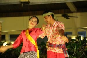 Personalet underholder med dans......